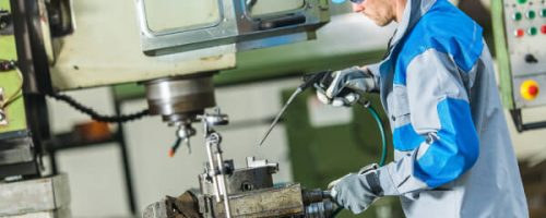 Homem operando máquina na Indústria - Nexcont Contabilidade em Indaiatuba